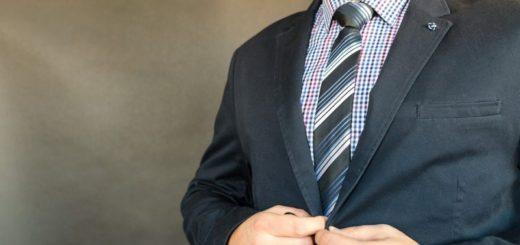 Moderné obleky pre mužov. Čierna už je dávno out